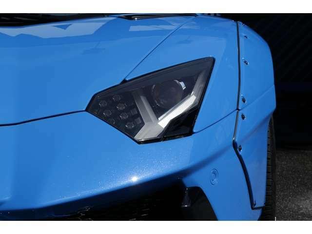 アヴェンタドールのヘッドライトは摩訶不思議!ウインカー部は6角形!Yの字はポジションランプ(LED)となっております!