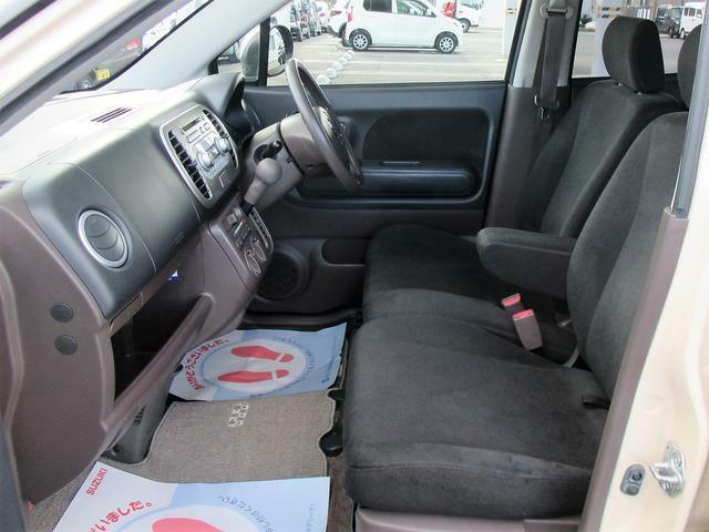 長距離ドライブなどでとっても重宝されるアームレスト付き!ドライバーの負担を軽減してくれます♪
