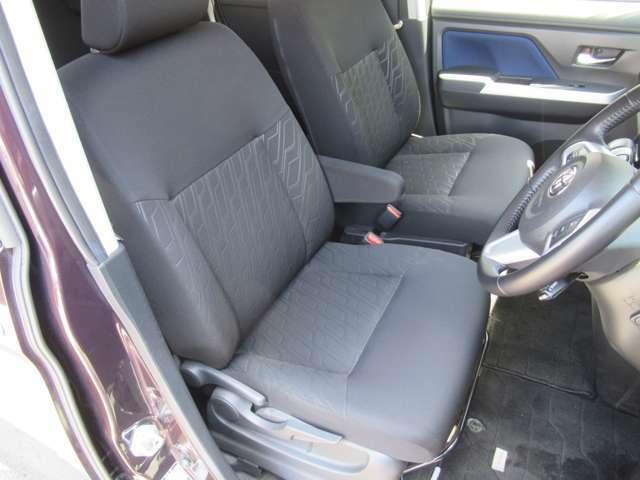 ゆとりのある運転席にはアームレストが付いております♪
