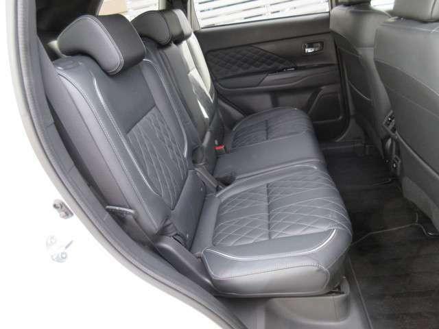 リヤシートも応接間のシートのようにゆったり