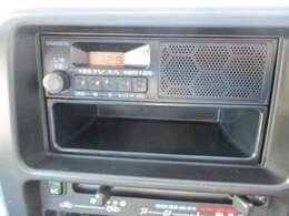 スピーカー一体型のAM/FMラジオを装備しています☆