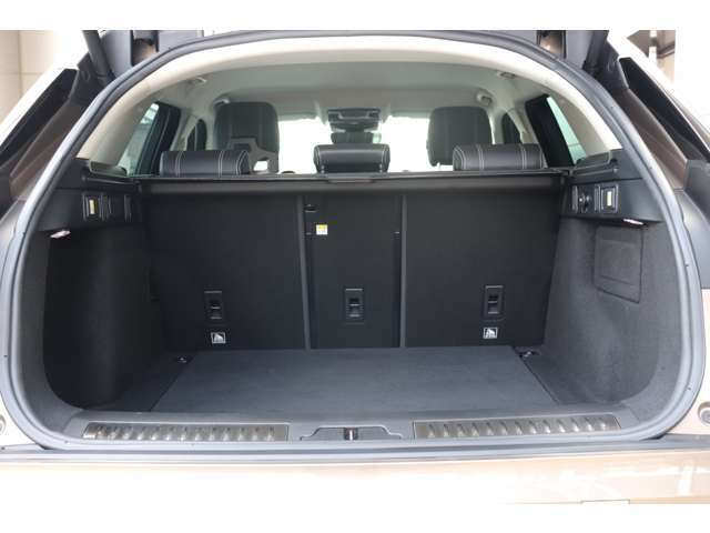 トランクは奥行きもあり、シートを倒すことで長物を積むことも可能です。