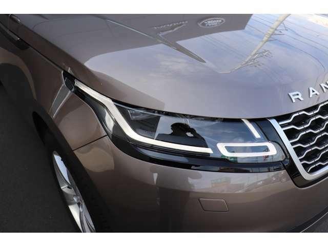 レンジローバーヴェラールはジャガーランドローバーで初めて全グレードにLEDヘッドライトを標準装備、フロントマスクに精悍さを持たせています。