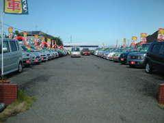 こちらがメインの展示場です!展示場とは別にお客様駐車場も完備しております。ゆったりとしたスペースでお車がご覧になれます。