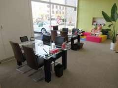 店内はとっても綺麗です!商談スペースも広々として、お客様のお時間が許す限りお話しできますよ♪