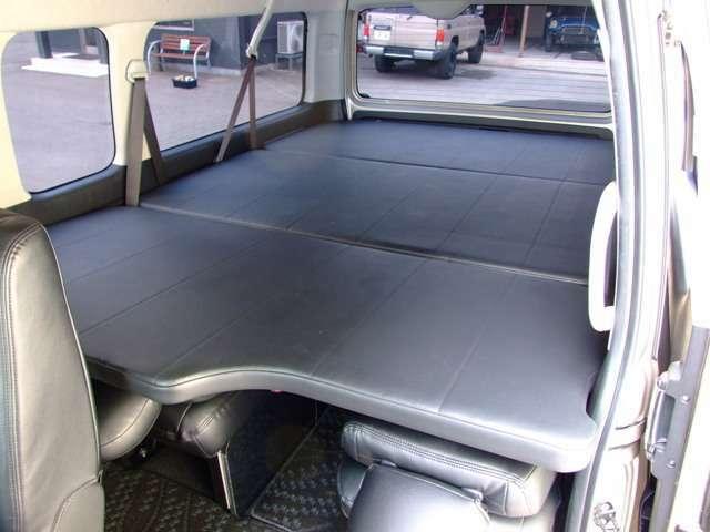 3分割式のベッドマットはスライド式になっており、3枚の状態では4人、2枚の状態で7人、最後部に3枚重ねて収納した状態では10人と、座席数のセッティングも使用用途に合わせて調整可能。