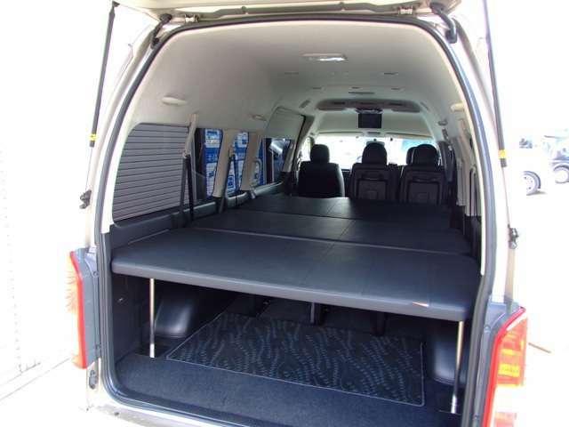 ユーアイビークル製マルチウェイワゴンベッドキット (定価270000円)装着済み。純正シートにリクライニング加工を施し、その周りに専用ステンレスフレームを装着。 純正シートを外す事なく、ベッドキットに早変わり