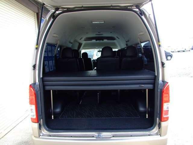 フル乗車時はベッドマットを3段に重ねベットを収納することが可能。ベッドマットはハニカム構造の専用設計で、クッション部には20mm硬質ウレタンを使用。ベッド上下も荷物を積載可能で大人数での移動に役立ちます