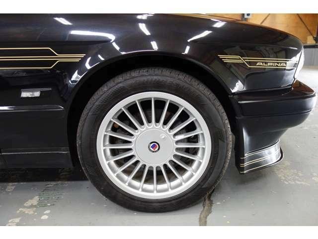 アルピナクラシックは17インチ。洗いにくいホイールですが、きれいな状態です!タイヤは静粛性、乗り心地重視レグノです!
