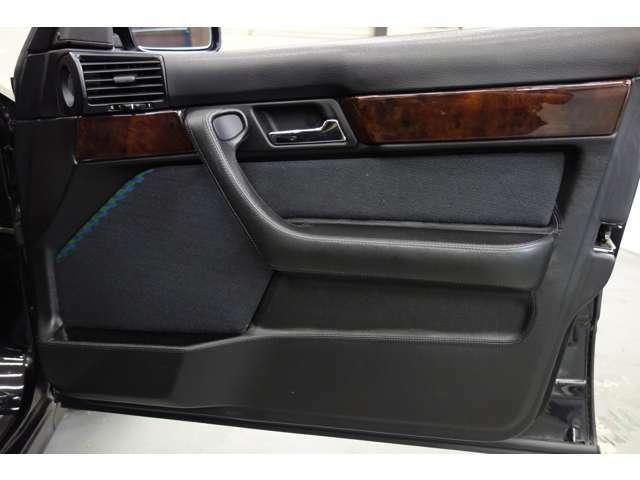 ドアパネルは前オーナー様がE34最終限定車、セレクション用のものに変えられています!ステッチやインナードアハンドルのメッキが特徴です!