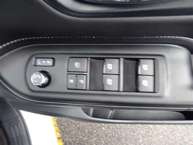 運転席&助手席&後部座席の窓がワンタッチで開閉できる、コントロールスイッチ☆ オールオートですので、開け閉めもラクラク♪