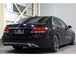 後期モデルの2014年式E350が入庫致しました。AMGスポーツPKGを身に纏い、ボディカラーはオブシディアンブラックMを配色し、高級感を演出致します♪