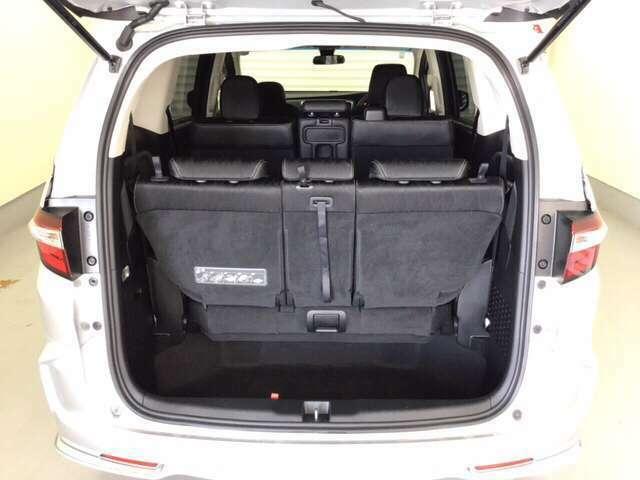 開口部が大きな荷室はお荷物の積み降ろしが楽。3列目シートをすっぽり収納できる大容量の床下空間は大きなお荷物もしっかり積み込めます。