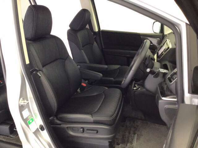 ゆったりした前席は左右それぞれアームレスト付き。運転席は軽い力でシート位置を調整できるパワーシートです。