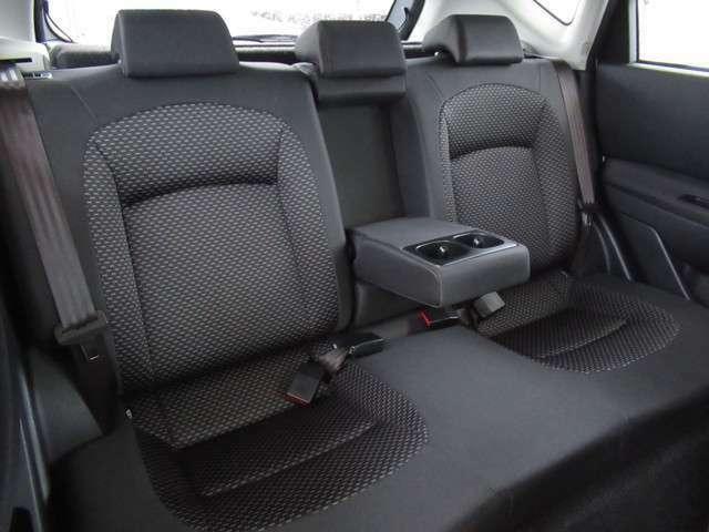 セカンドシートにはドリンクホルダー付きのアームレストを装備しています