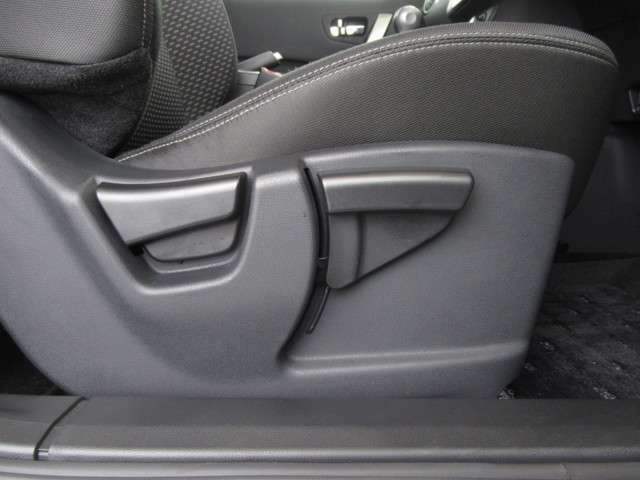 ドライビングポジションが決まりやすいシートハイトアジャスター。