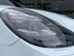 マトリックスLEDヘッドライトが搭載されており、オートハイビーム機能も備わっております。