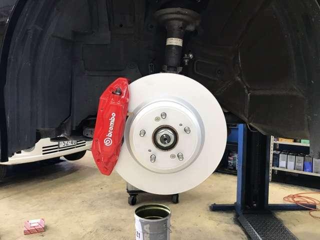 そして自動車では大変重要なブレーキですが、純正のブレンボ社製のキャリパーを左右交換致しました。ディスクローターもディクセル社製の新品に交換致しました。