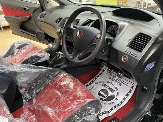 コックピットの状態です。オリジナルの状態を維持しております。赤黒の内装の使用です。ワンオーナー車になります!