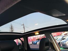 【スカイルーフ】開放感があり、いつもとは違った空間を作り上げてくれます!明るい車内で快適にお過ごしください!!