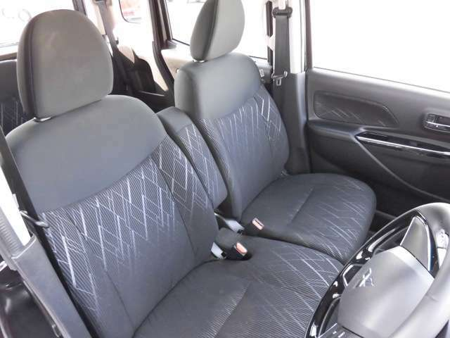 前席はベンチシートを採用☆座面や足元にゆとりがあるだけでなく、座席間の横移動もラクに行えます♪