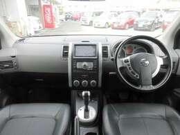 メーカーオプションのHDDナビ・ETC・オ-トエアコン・インテリジェントキ-等を装備する運転席まわり。