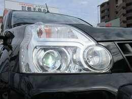 ナイトドライブの強い味方、キセノンヘッドライト! 夜間の視界を確保して安全な運行をサポ-トしてくれます。