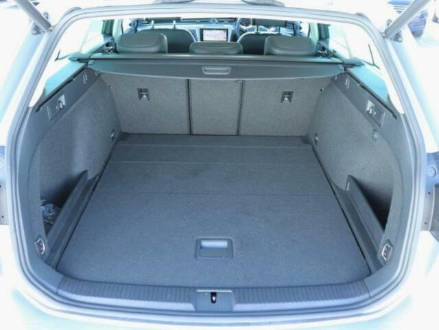 リアハッチドアが大きく開きますので、荷物の積み下ろしもしやすいです。トランクは広く、シートアレンジをすることで大きな荷物も乗ります。