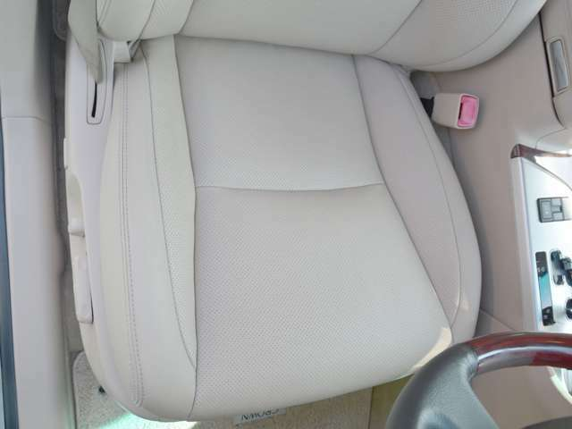 運転席の座面もあまり使用感がなくきれいな状態です♪