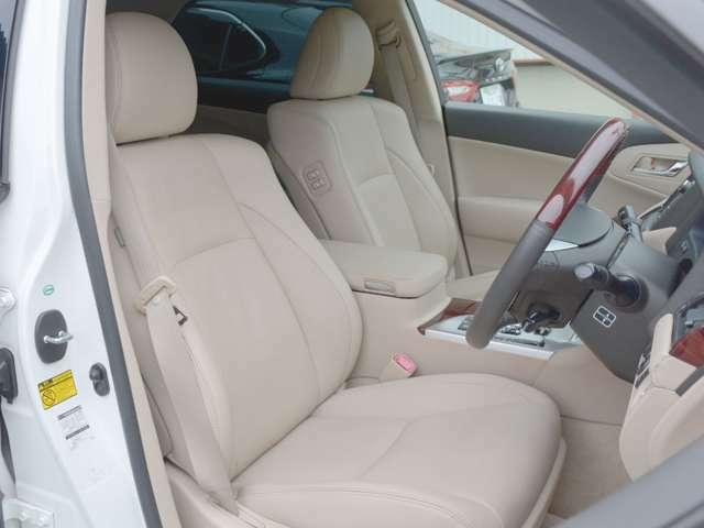 ベージュ本革シートです。 運転席メモリー機能付き電動シートです。 運転席きれいな状態です。