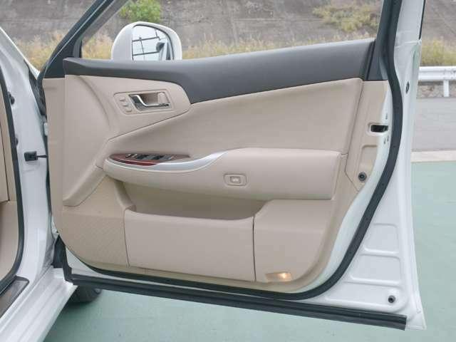 運転席ドアの内張りきれいな状態です。