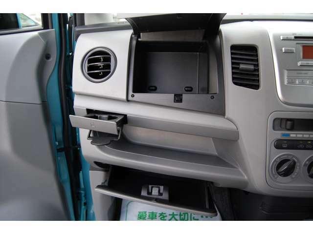 助手席側にはグローブBOX・小物棚・ダッシュボード小物入れ・格納式ドリンクホルダーなど収納充実!