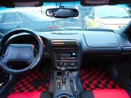 Chevroletステアリングカバーも装着され、レッド&ブラックのカマロ専用シートカバー&カラーのグランプリチェック新品マットもかなり決まってます!外装はもちろんの事、内装もとてもキレイなんです!