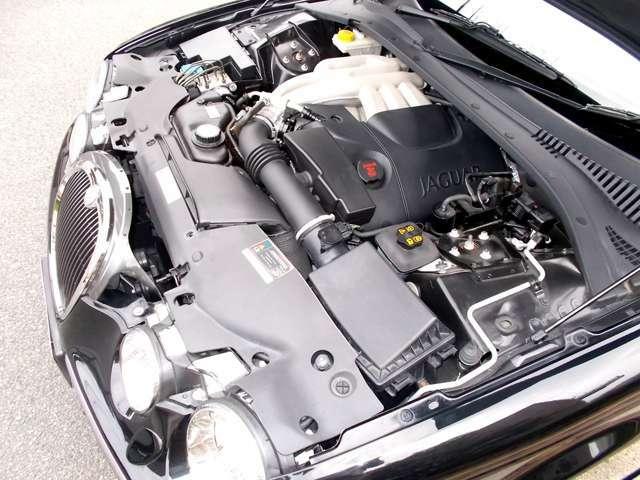 V型6気筒・ダブルオーバーヘッドカムシャフト4バルブ・エンジン+6速オートマチック+電子式サイドブレーキ+キセノンプロジェクトヘッドライト、何気さの装備は