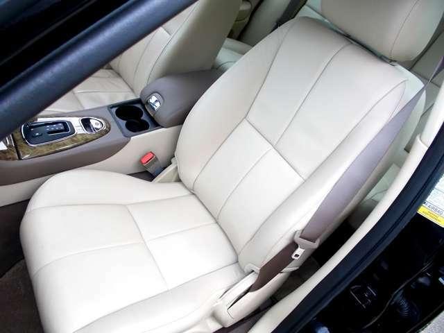 助手席も本革電動シートですから、最適なドライビングポジションを得られます