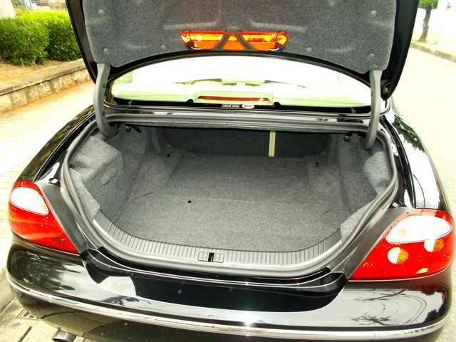 トランクは広いですが、後部座席の背凭れが更に前に倒れますので、意外と嵩張るの荷物も乗ります