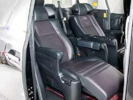 エグゼクティブシートパッケージではセカンドシートは個別シートになっています。左右に肘置きがあり、フィット感がとてもあり、車が左右に曲がるときでも身体が揺られることが少ないです。