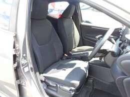 コンパクトカーですが、フロントシートは、体をしっかり支える快適な座り心地です。運転席には、手動式シートメモリー機能があります。