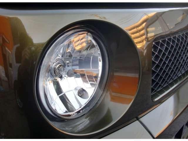 ヘッドライトはガラスを使用していますので曇り等一切無いのが良いですね。グリルもピカピカですね。