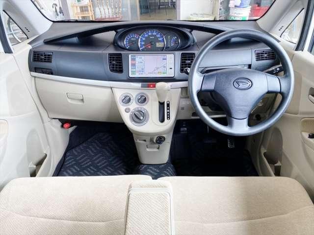 シンプルなデザインの車内です。収納が多く使い勝手いいですよ。