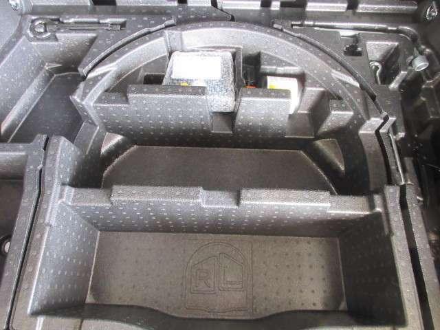 ラッゲージルーム床下には、パンク修理キットを搭載してます。
