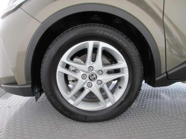 純正アルミホイールが良く似合ってます。タイヤサイズは215/60R17です。