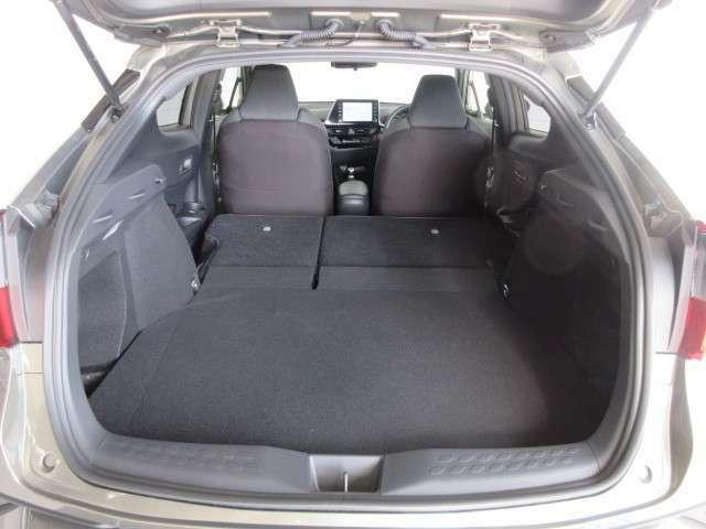 後席シートを倒せば更に荷物が積めます。