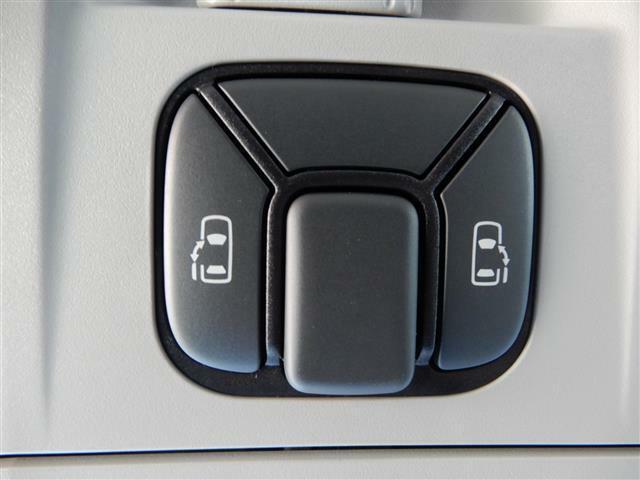 【両側パワースライドドア】車内からボタン一つでドアの開閉ができます!狭い路地での乗り降りもラクチン!!