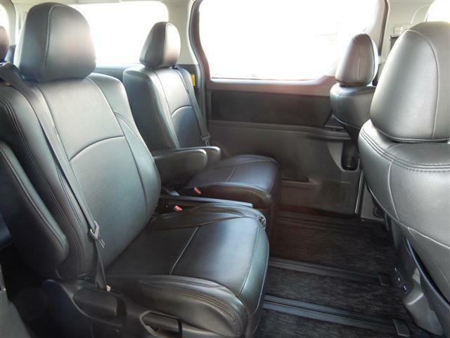 【後部座席】もキレイです。オットマンシートも付いていますので、長時間の運転もくつろげる空間で過ごせます♪