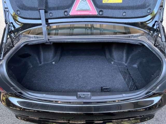 十分な広さを持つ!大容量のトランクルームになります!ゴルフバックが4個入ると言われているクラウンの大型トランク!日本的なラグジュアリーカーの必要条件!トランクも半ドア防止機能付が装備で快適に使えて便利