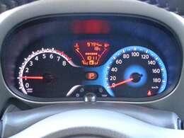 航続可能距離・瞬間燃費・平均燃費なども表示できるメーター内ディスプレイを採用した見やすいメーター。