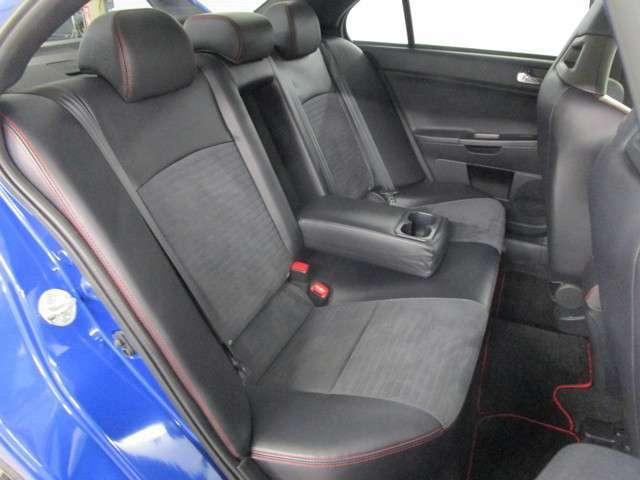 リヤシートの足元も十分なスペースあり!