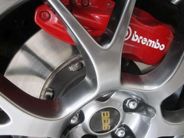 ブレンボブレーキシステムを採用。フロントは対向4ポットキャリパー&18インチ2ピースベンチレーテッドディスクブレーキローター。リアは対向2ポットキャリパー。