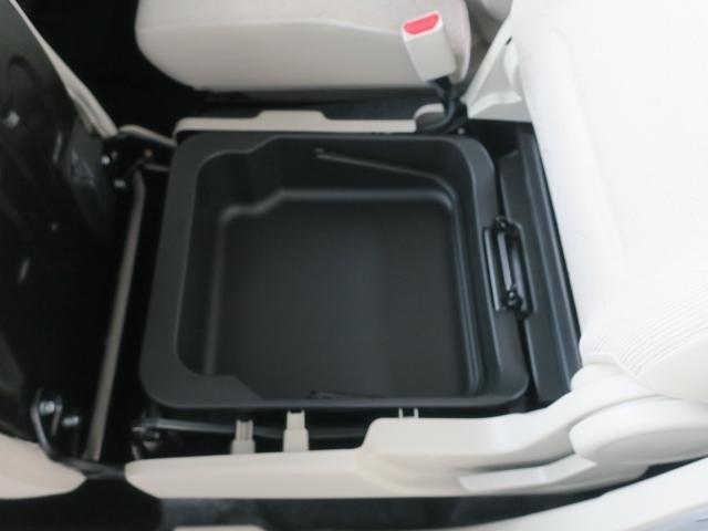 シートの下にバケツ型小物入れが付いています。取り外しも出来るので、いろいろ使ってみてください。